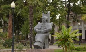 Памятник Д. Гулиа