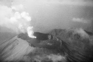 Publiziert in: Mittelholzer, W.: Mittelmeerflug, 1930, Bildlegende: Vesuv, aus 1800 m