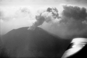 Publiziert in: Mittelholzer, W.: Mittelmeerflug, 1930, Bildlegende: Vesuv, aus 1200 m